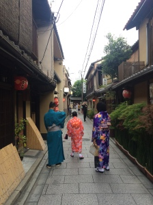 Keren kan kalo pake Kimono disini?!